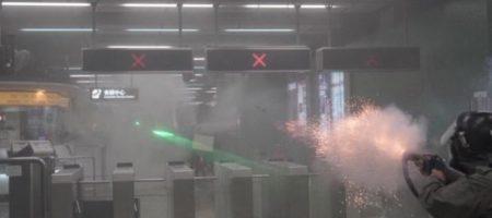Спецназ пустил в ход слезоточивый газ и резиновые пули для штурма метро: люди бегут во все стороны (ВИДЕО)