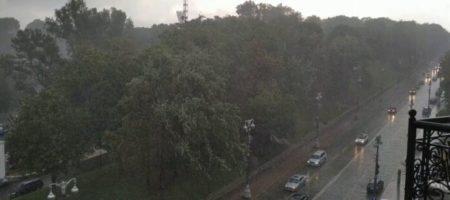 Мощнейший ливень, который накрыл Киев запечатлели камеры (ВИДЕО)