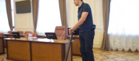 Новый премьер Гончарук на самокате въехал в Кабмин и свой кабинет (ВИДЕО)