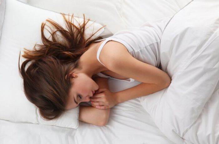 Перевернитесь немедленно: врачи назвали самую опасную позу для сна