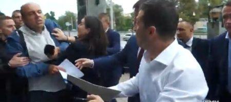 Пресс секретарь Зеленского Мендель толкнула журналиста, защищая Зеленского (ВИДЕО)