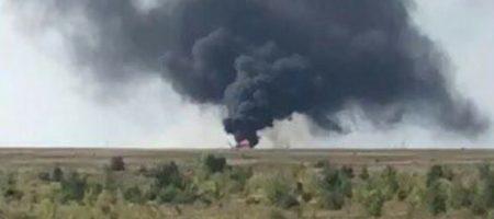 На России упал и взорвался боевой вертолет, идет черный дым, взрываются бк - КАДРЫ