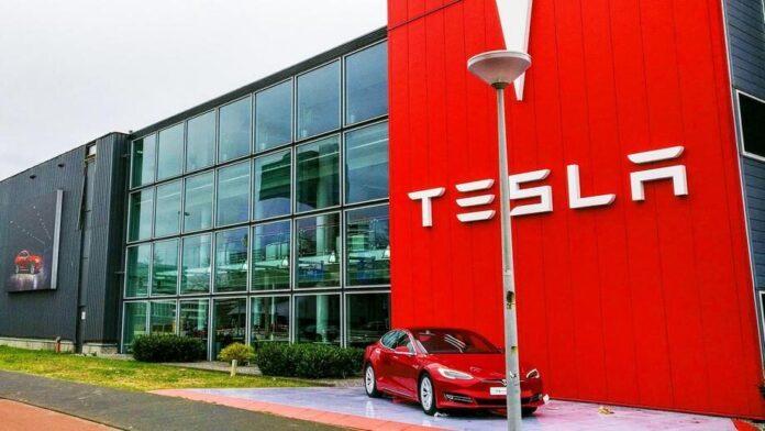 """Владельцы электрокаров Tesla не смогли попасть в свои авто из-за """"глюка"""""""