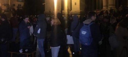 Масштабная акция протеста началась под окнами Зеленского (КАДРЫ ПРОТЕСТА)