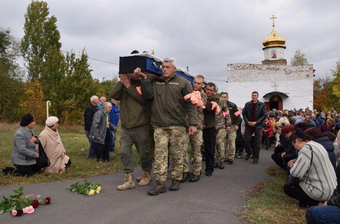 На Черкащині сотні людей прийшли попрощатися із загиблим від ворожого обстрілу бійцем ЗСУ. ФОТО