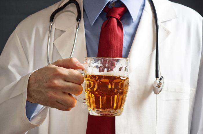 Скандал на Ривненщине: пьяный врач перепутал голову с ногой пациента (ВИДЕО)