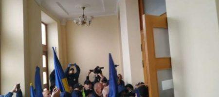 В Черкассах у облсовета митингующие подрались с полицией. ВИДЕО