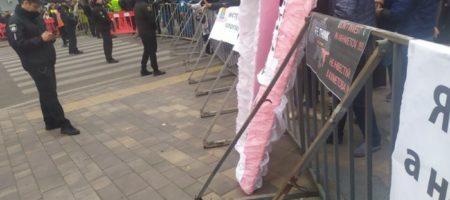 """""""Я ФОП, а не лох!"""" в Мариуполе Зеленского встречали розовым гробом и массовым митингом"""