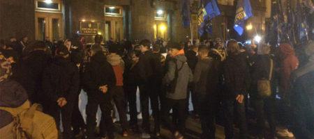"""""""Слуга, выходи! Народ пришел!"""": митингующие против """"формулы Штайнмайера"""" пошли на Банковую с ультиматумом"""