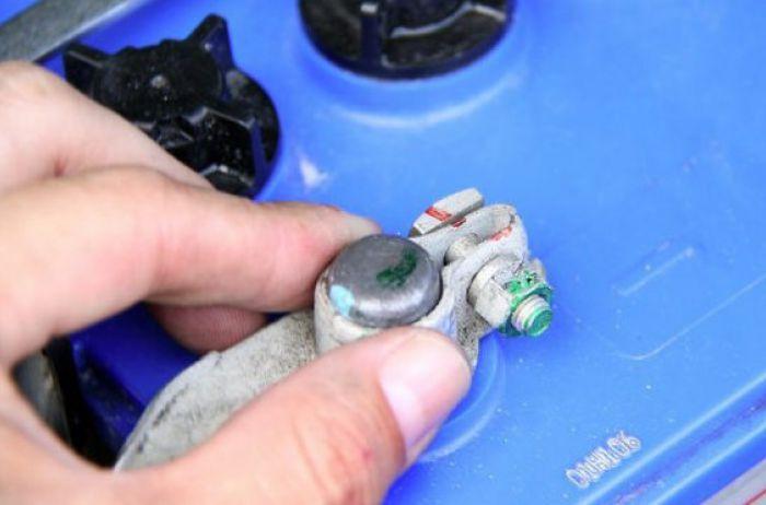 Какую клемму необходимо снимать первой при замене аккумулятора