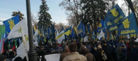 Рада оказалась заблокирована разными группами протестующих