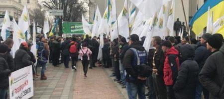 Крики негодования и призывы к штурму: в Киеве к правительственному кварталу стягивают силовиков