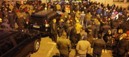 Возле здания парламента возводят баррикады: все входы заблокированы. ФОТО