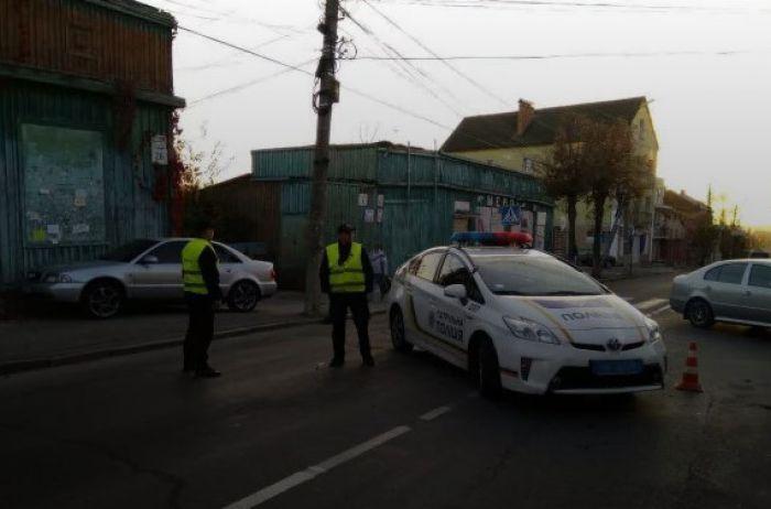 """ЧП в Виннице: автохам """"усадил"""" полицейского на капот"""