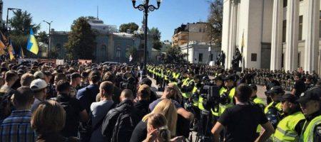 На митинге под Радой начались столкновения