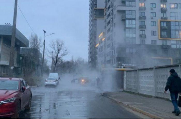 Киевлян опять ошпарило кипятком: еще один прорыв теплосети произошел в столице