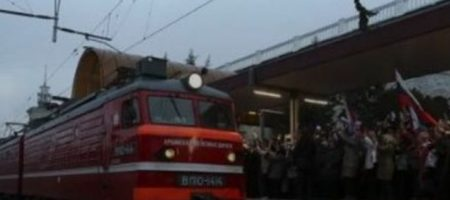 """Полуобнаженная горе-мамаша выбросила малыша из поезда """"Симферополь - Москва"""". ВИДЕО"""