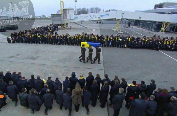 """""""Ангелы"""" борта МАУ отправились в последний путь: украинцы на коленях простились с жертвами катастррофы. ФОТО"""
