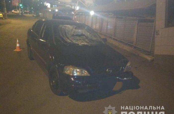 В Одессе пьяный полицейский влетел в пешеходов возле супермаркета: медики увезли пострадавших