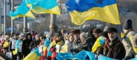 День Соборности: украинцы объединились в живую цепь на столичном мосту Патона. ВИДЕО