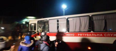 Автобусы с эвакуированными прибыли в Новые Санжары, их там встретили камнями (ВИДЕО)