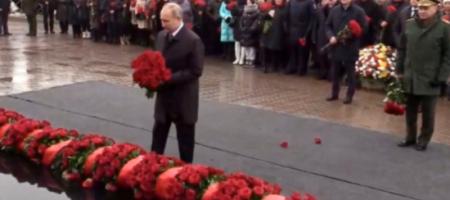 Недобрый знак: Путин у памятника уронил две гвоздики. ФОТО