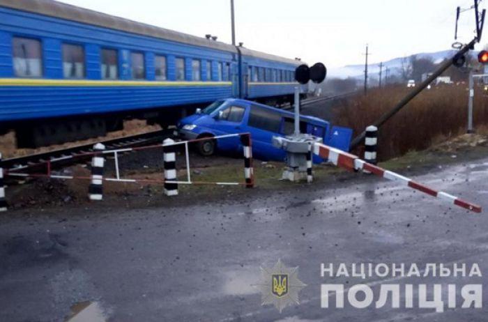 Тащил несколько метров: пассажирский поезд протаранил микроавтобус, есть пострадавшие