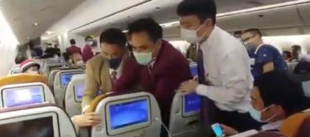 """Жесткий """"замес"""" в самолете: китаянка кашляла на стюардессу и дралась с членами экипажа. ВИДЕО"""