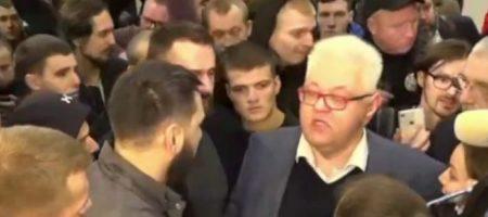В Киеве соратника Зеленского Сергея Сивохо ударили в спину, он упал на колени. ВИДЕО