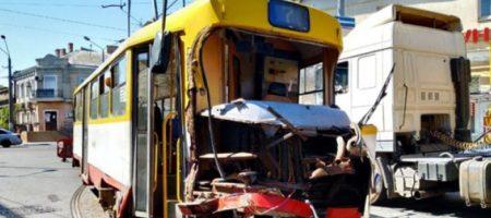 Серьезное ДТП в Одессе: трамвай врезался в фуру