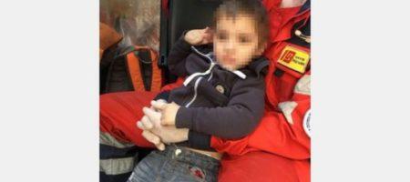 Босой и в памперсе: в Харькове нашли на улице двухлетнего малыша