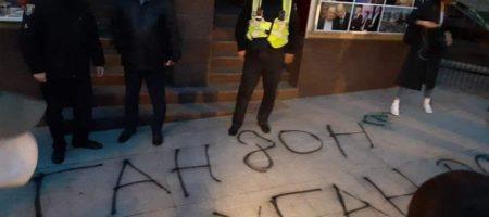 """""""Гордон - г * ндон, возвращайся в Лугандон!"""": активисты устроили погромы и акцию протеста под офисом Городона (ВИДЕО)"""