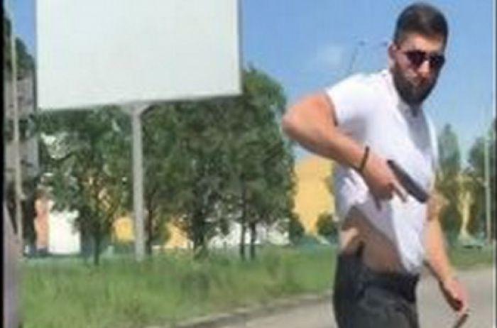 Охранник Ляшко устроил разборки на дороге: момент попал на ВИДЕО