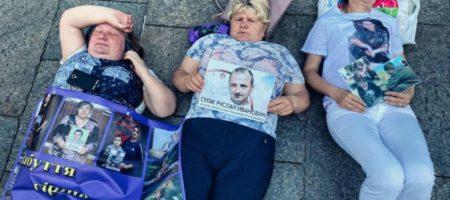 Перед окнами Зеленского отчаявшиеся женщины устроили «лежачий пикет». ФОТО, ВИДЕО