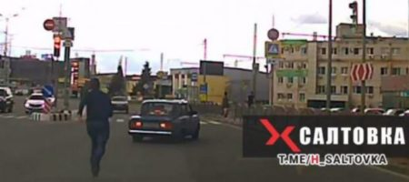 В Харькове мужчина догнал и остановил авто с водителем, потерявшим сознание (ВИДЕО)