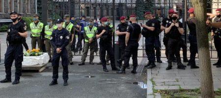 Под ОП опять неспокойно: сторонники Шария и националисты устроили акцию протеста (ВИДЕО)