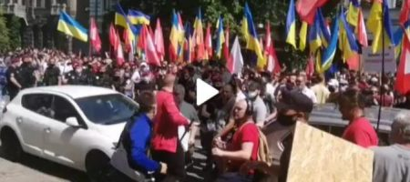В центре Киева массовая драка и стычки с полицией: все подробности (ВИДЕО)