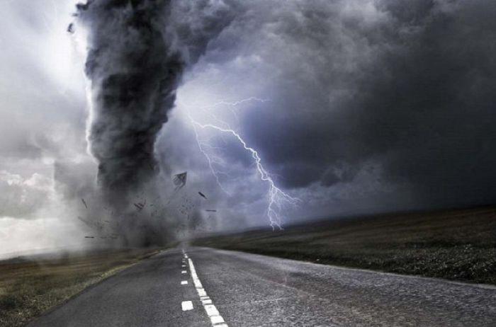 Ураганный ветер и ливни - штормовое предупреждение по всей стране
