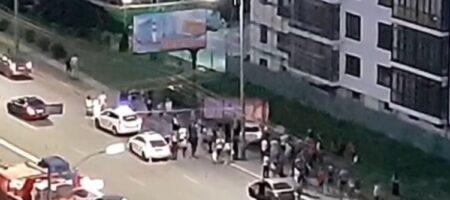 В Киеве пешеходы чуть не линчевали пьяного водителя, влетевшего в остановку (ВИДЕО)