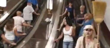 """""""Вируса нет!"""" Женщины с метлами в метро Киева требовали снимать маски (ВИДЕО)"""