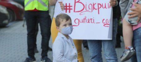 Львовских родителей довели «до ручки»: жители устроили протест под облгосадминистрацией