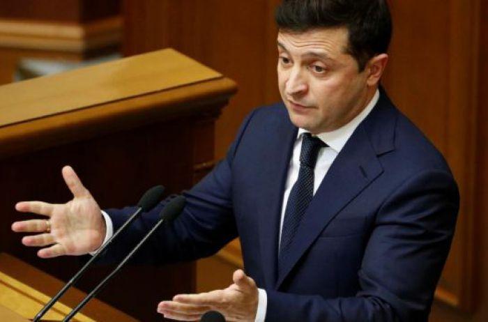 Зеленский вступился за чиновников и просит вернуть им высокую зарплату