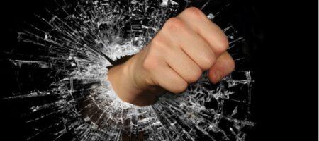 В Днепре водитель, чтобы не платить штраф, избил инспекторов парковки (ВИДЕО)