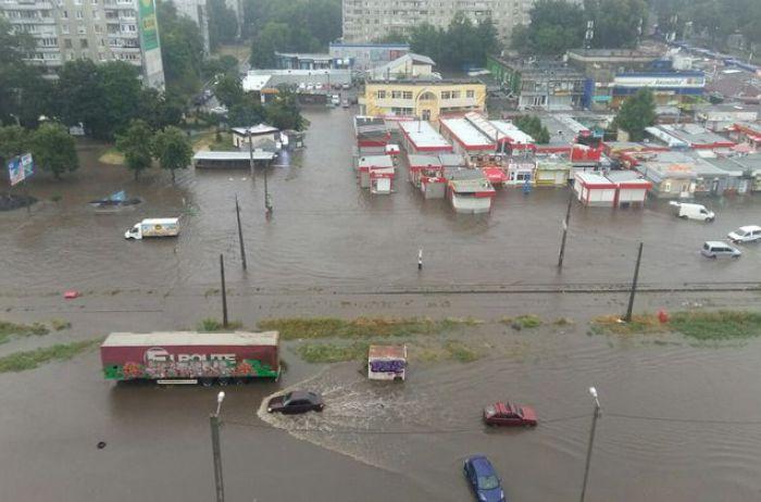 Харьков поплыл: машины превратились в корабли, а люди плавают на матрасах по улицам (ФОТО, ВИДЕО)