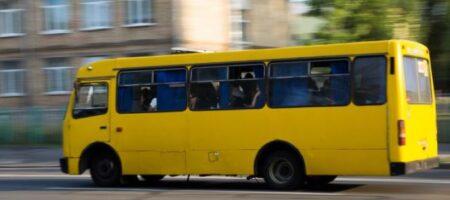Был без маски: в Днепре водитель силой вытолкал пассажира из маршрутки