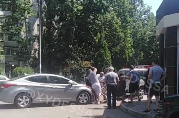 """В ход пошел стул: в Одессе водитель """"отличился"""" самосудом над пешеходом (ВИДЕО)"""