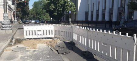Рада уходит под землю? Коммунальщики обнаружили провал асфальта в центре Киева