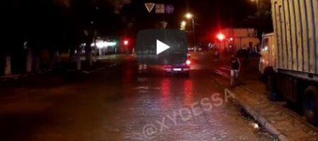 В Одессе невменяемая девушка бросалась под колеса авто: это попало на ВИДЕО