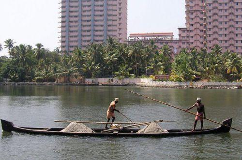 В Индии рыбакам удалось поймать морское чудище (ВИДЕО)
