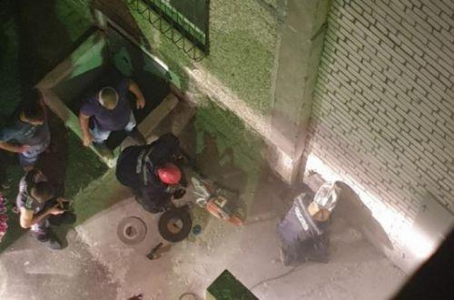 Цеплялась за стены: девочка чудом выжила, упав с крыши 9-этажки